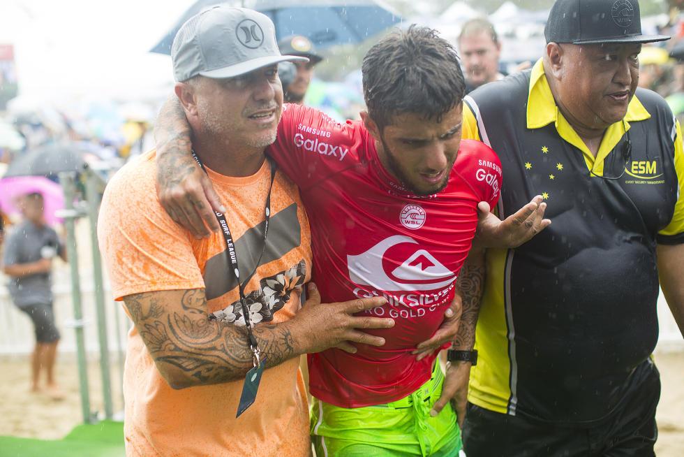 Filipe Toledo sendo levado aos médicos após a lesão na semifinal / Foto Kirstin Scholtz