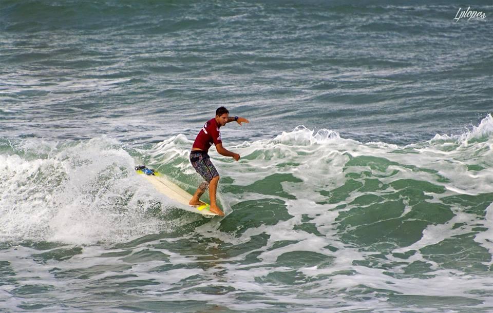 Leco Salazar venceu o carioca Rodrigo Sphaier e garantiu a semifinal no Brasileiro de Longboard / Foto Lucas Lopes