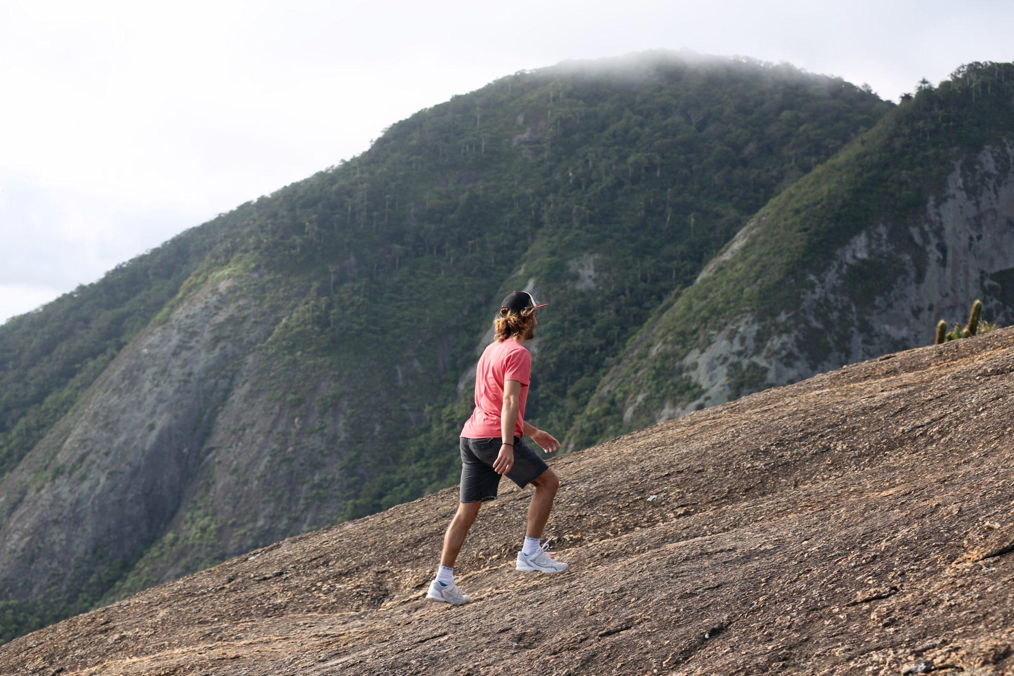 Pierre Louis Costes aproveitou o dia escalando montanha / Foto Alex Leon/APB
