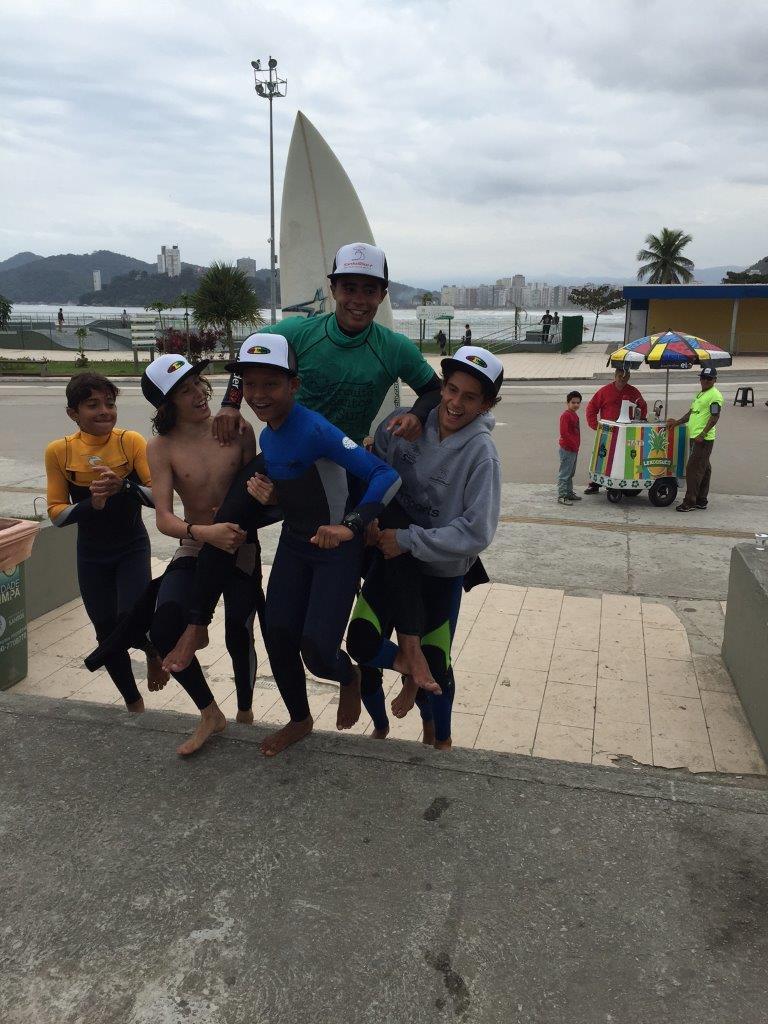Alexandre Camargo carregado pelos amigos após vitória no Santos Surf 2016 / Foto Ivan Storti