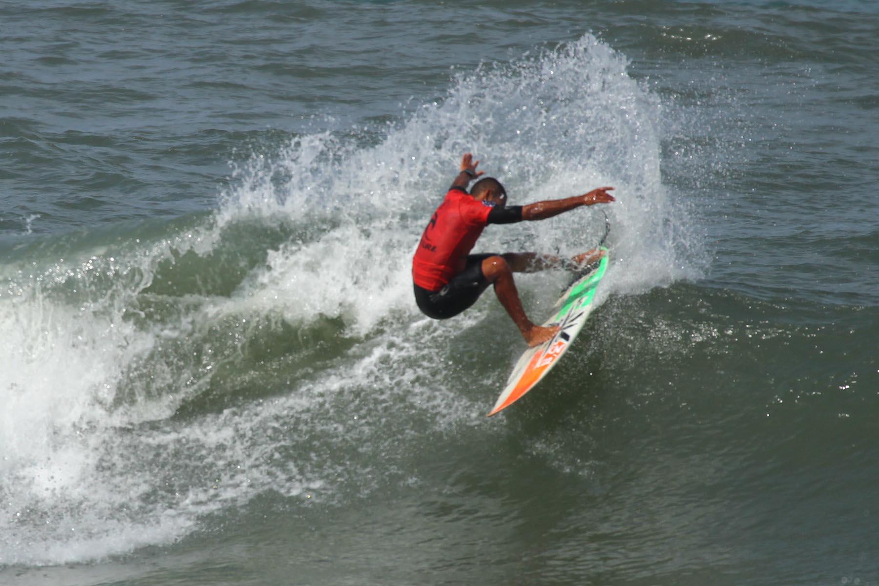 Diniz tenta os títulos Rip Curl Guarujaense de Surf na open e no SUP / Foto Silvia Winik
