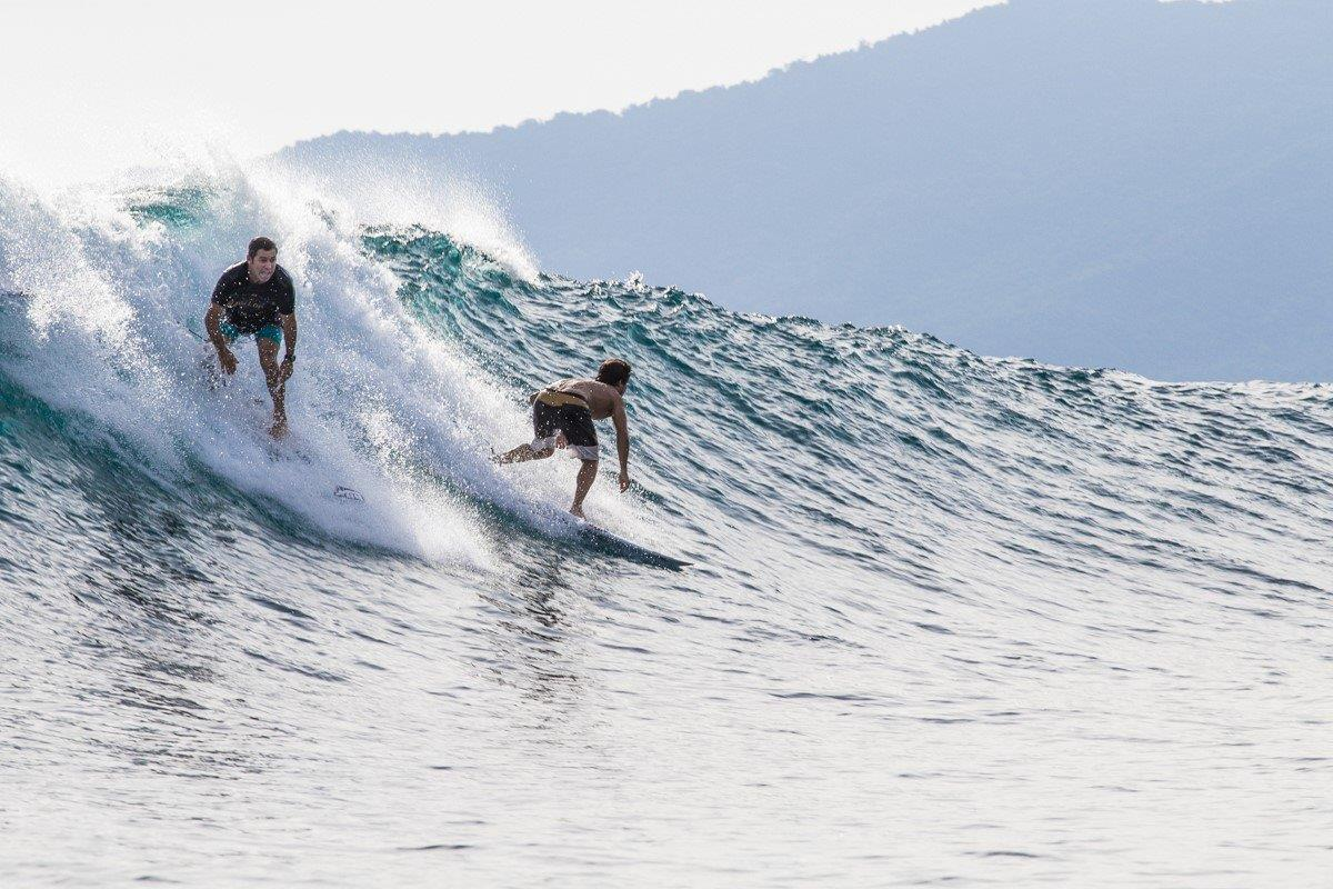 Pai e filho surfando juntos / Foto Tom Toledo / Hang Loose