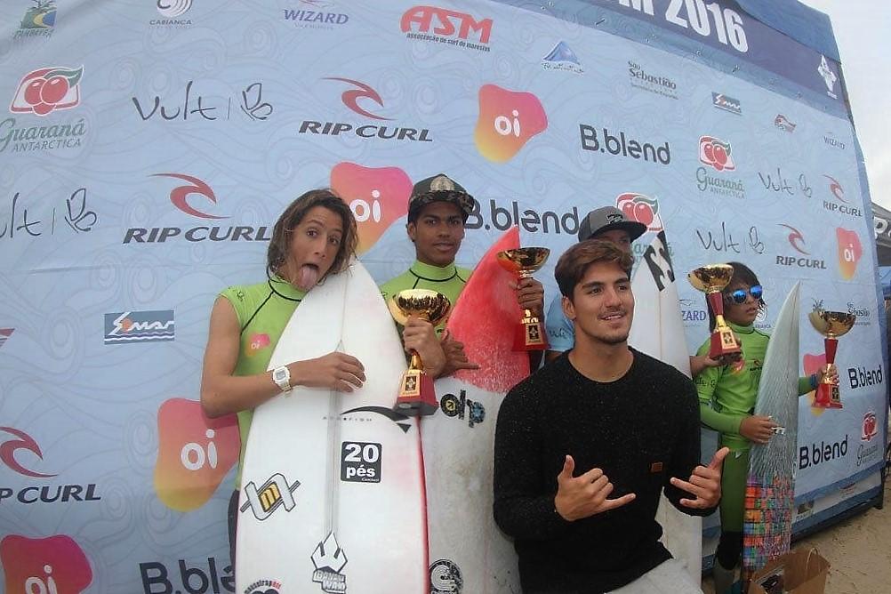 Caio Costa e Ryan Kainalo e campeão mundial Gabriel Medina na premiação / Foto Jorge Mesquita.