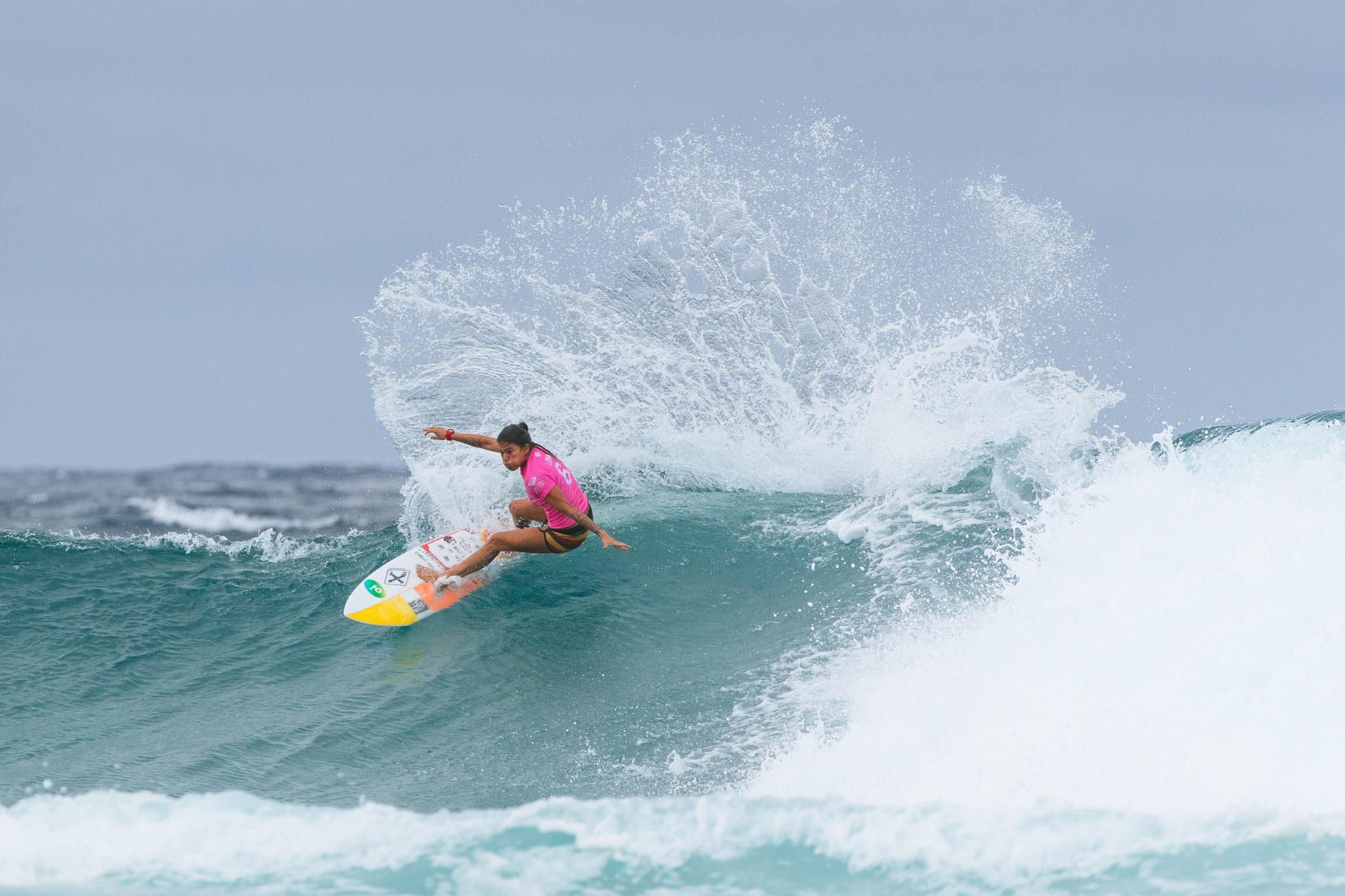 Silvana Lima freesurfing.