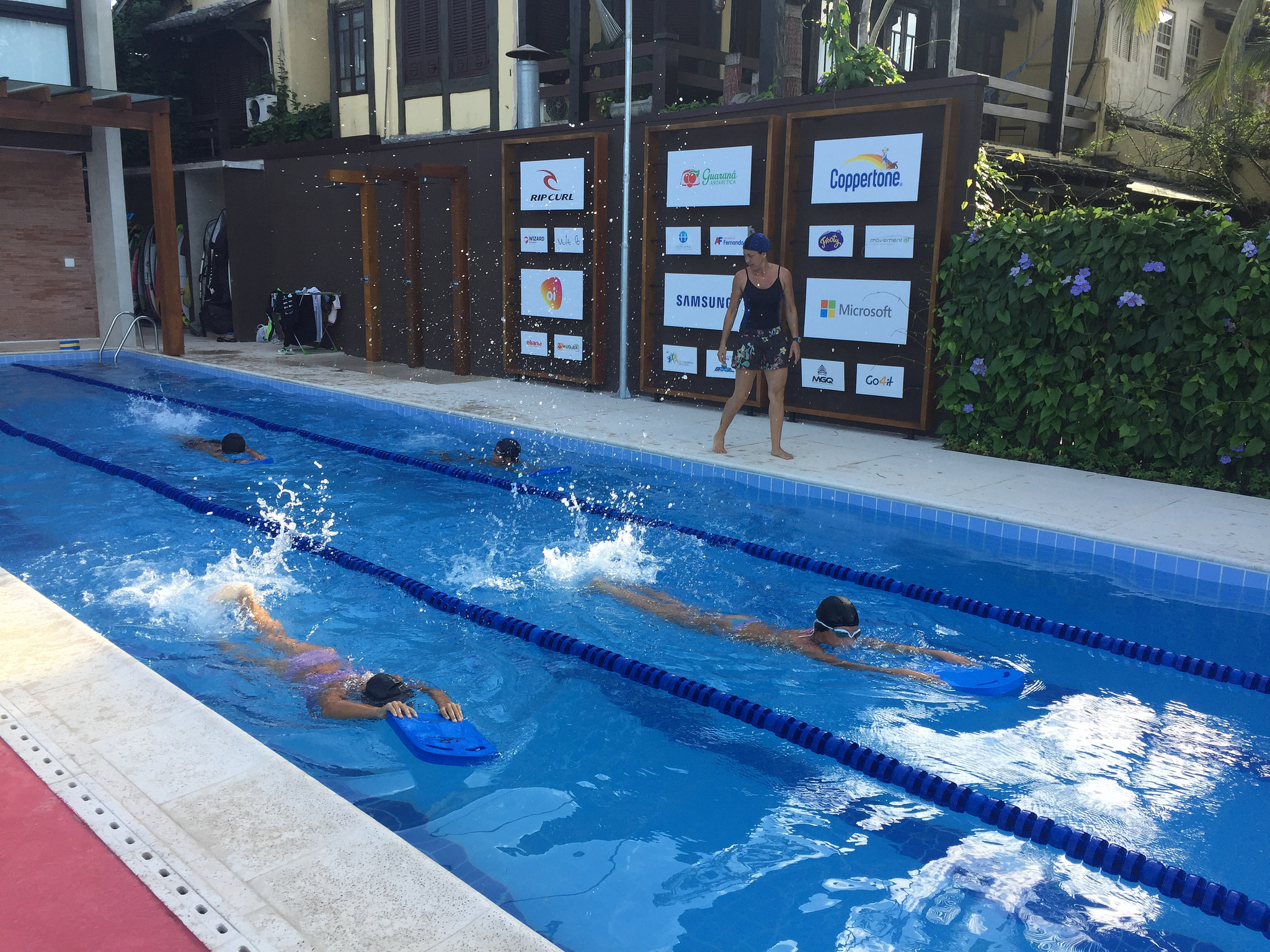 Jovens do IGM em aulas de natação / Foto Aleko Stergiou