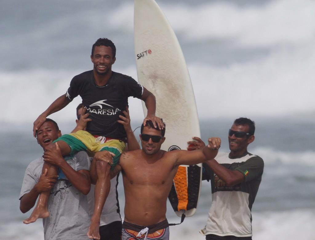 O campeão festejando com os amigos após a vitória na categoria Open / Foto Basilio Ruy.