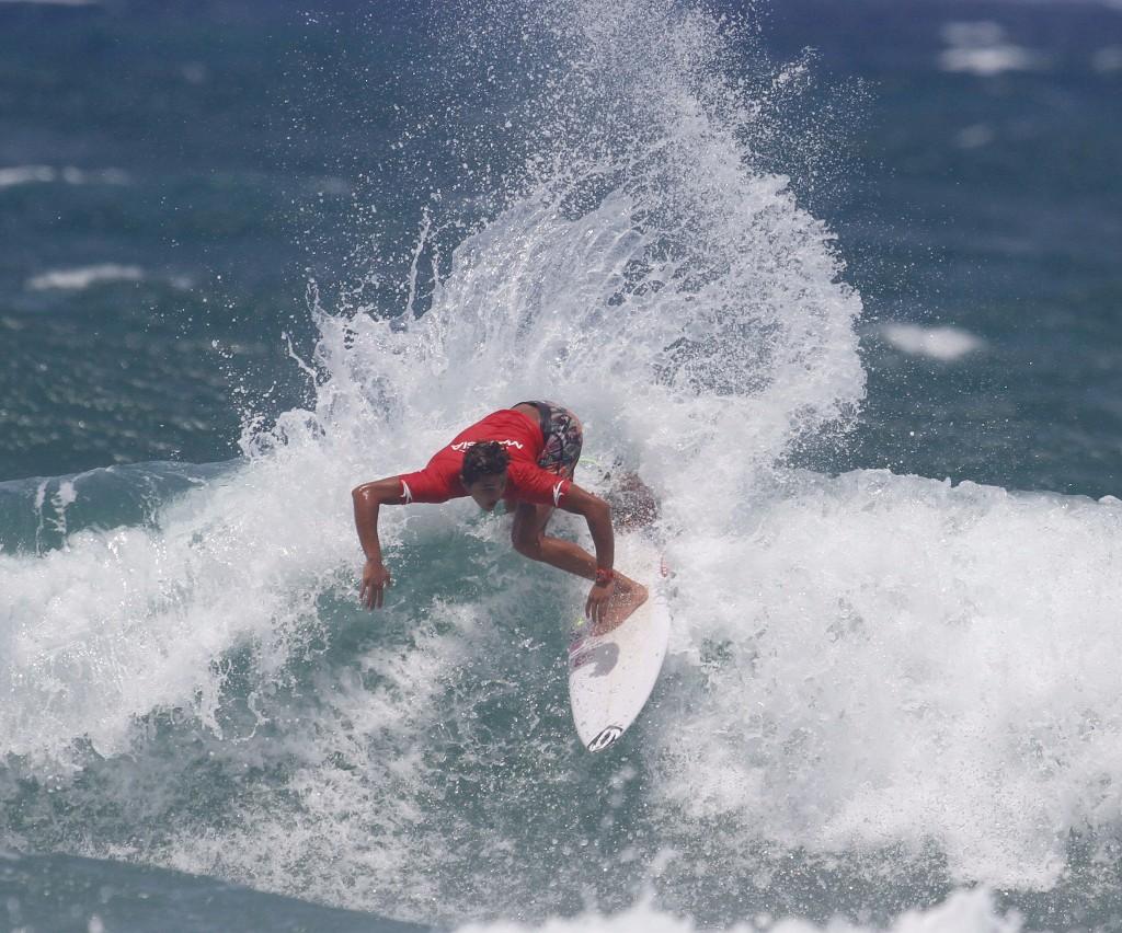 Anderson Junior em sincronia com as ondas do Farol de Santa Marta (SC) / Foto Basilio Ruy.