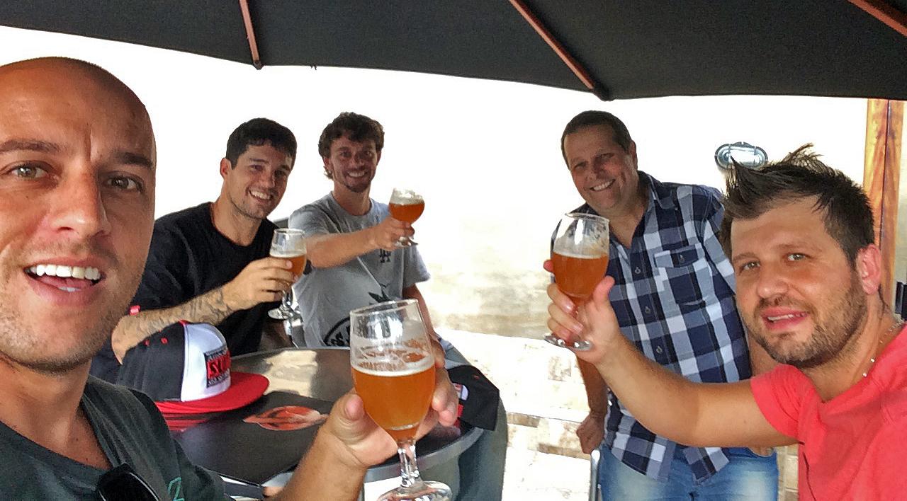 Eduardo Sanches Bernardi (MCD), à direita Marcio Bernardinello (Surf Trip, KYW e Super Tubes), Dadá Nascimento (presidente da ASGSP) e Igor Moraes.