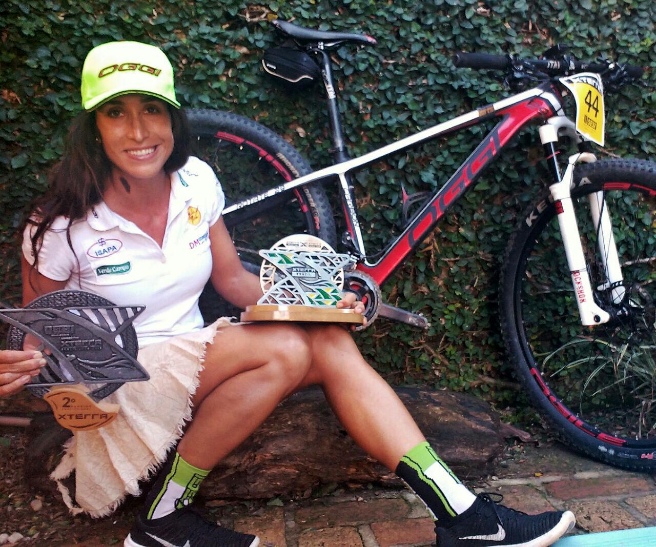 Laura Mira exibe troféus (Divulgação)