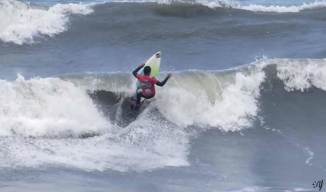 Gabriel Boletta dominando as ondas de Massaguaçu / Foto Renan Yoshino
