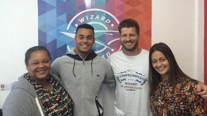 Denis reunido com a família Dantas / Foto Divulgação