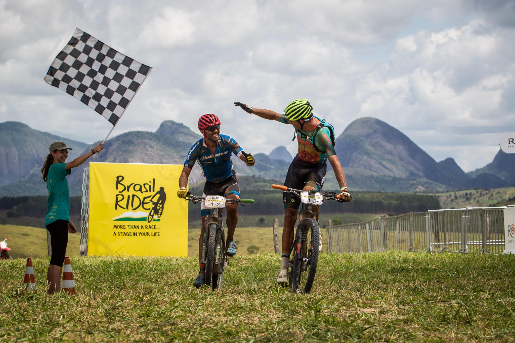 José e Tiago cruzam a linha em primeiro (Fabio Piva / Brasil Ride)