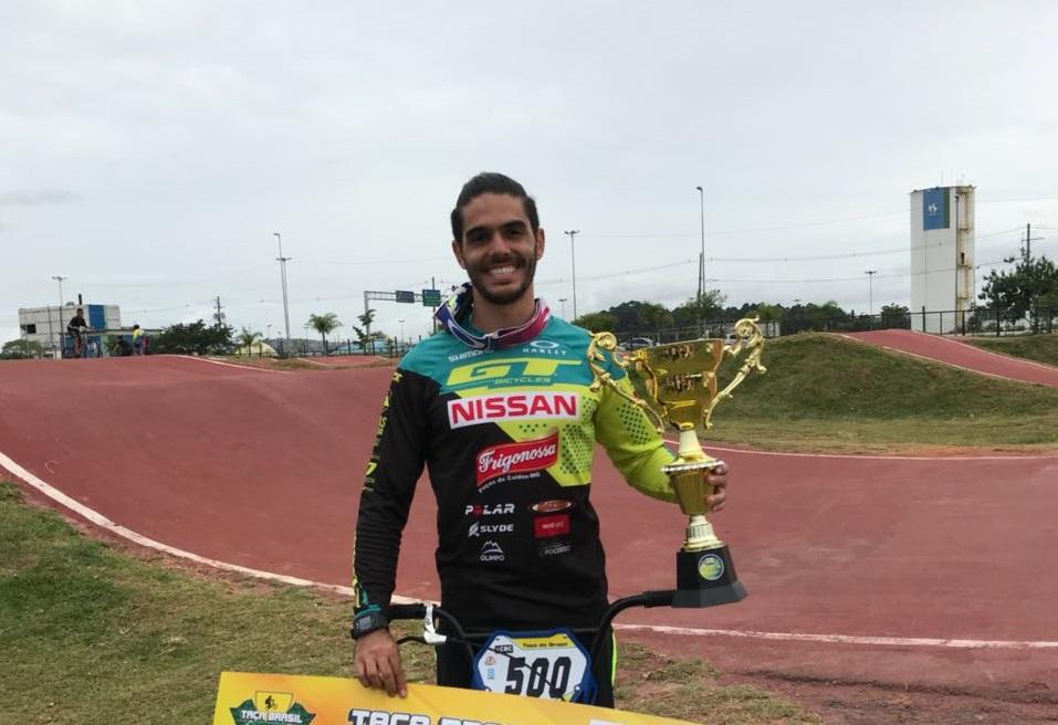 Renato Rezende exibe troféu conquistado (Divulgação)
