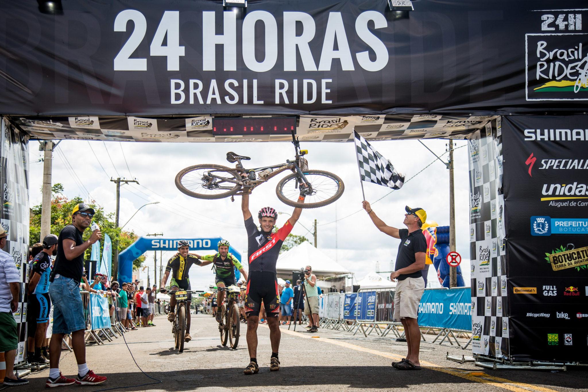 Carlos Henrique comemora vitória na solo masculina (Fabio Piva / Brasil Ride)