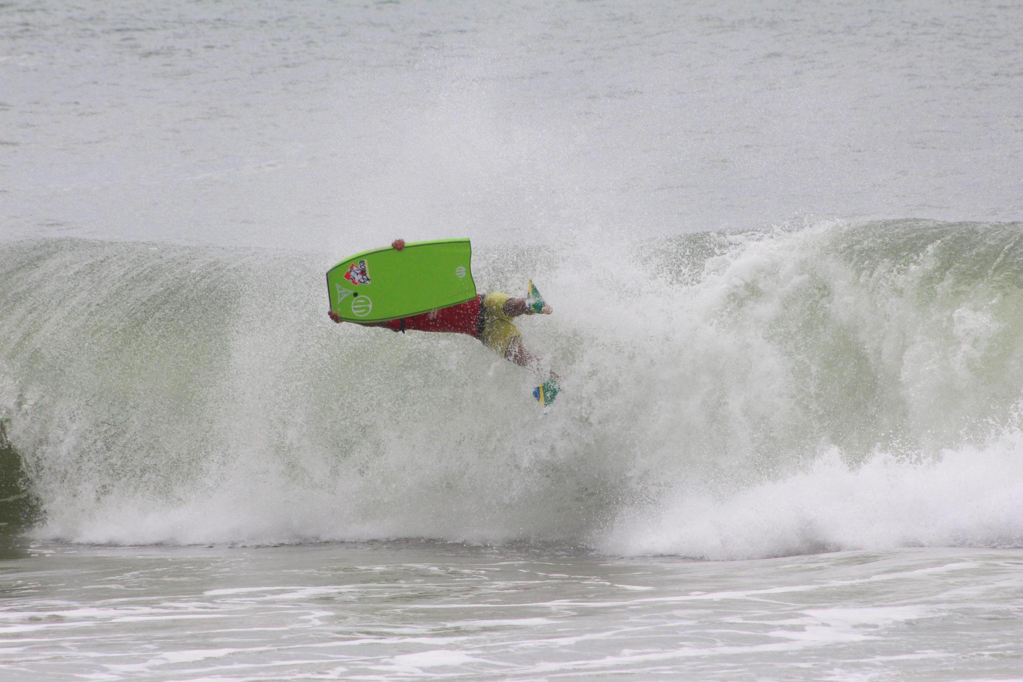 Uri (foto) e Joselani repetem feito após uma década nas ondas do Estaleirinho - Fotos: DOJULE