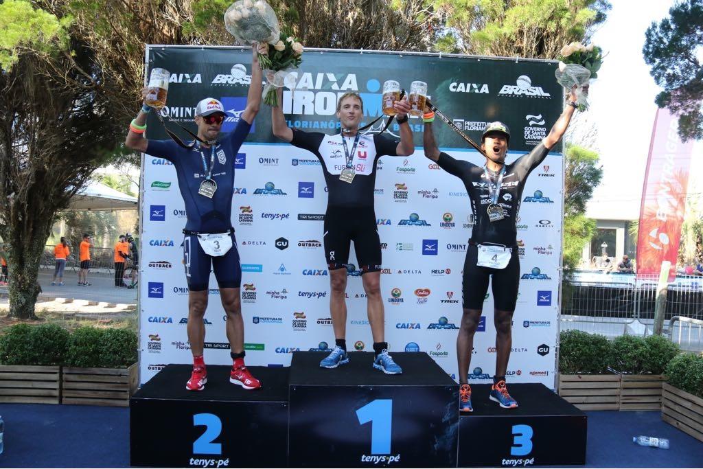 Pódio da elite masculina do Ironman Brasil (Fábio Falconi/Unlimited Sports)