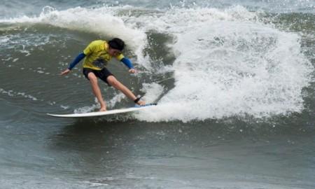Santos de Surf na espera das ondas