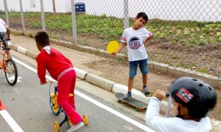 Alunos da ONG Social Skate aprendem regras de trânsito