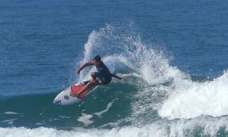Gabriel Dias busca liderança no Circuito Medina de Surf