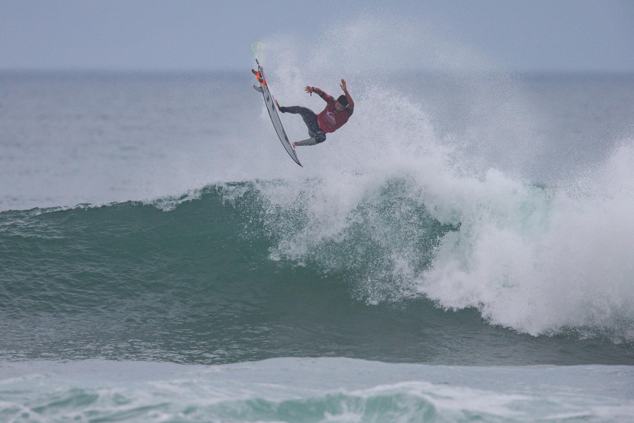 Michael Rodrigues voando para as quartas