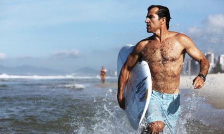 Surfista Carlos Burle recebe seus fãs