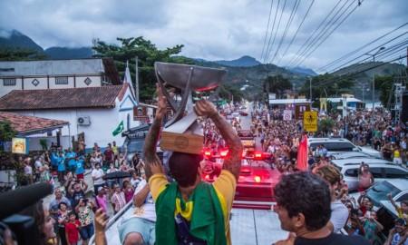 Gabriel Medina chega em casa e recebido por uma multidão