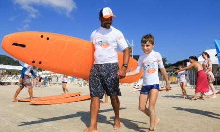 Luna atrai criançada para aulas de surfe em Guarujá