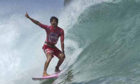 Mais de 130 surfistas de vinte países estão em Noronha