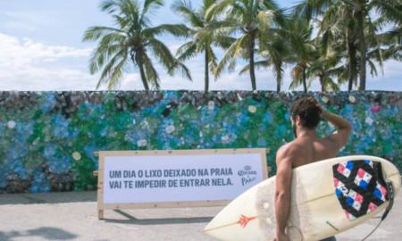"""Corona bloqueia praia de Ipanema com """"muro de lixo"""""""