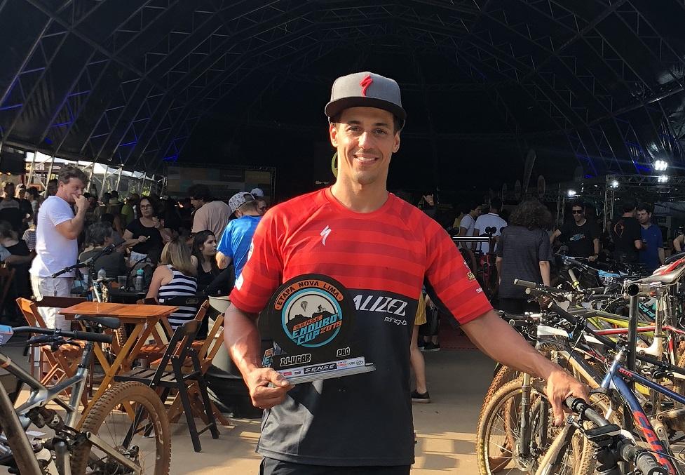Piloto mineiro exibe troféu de campeão (Divulgação)