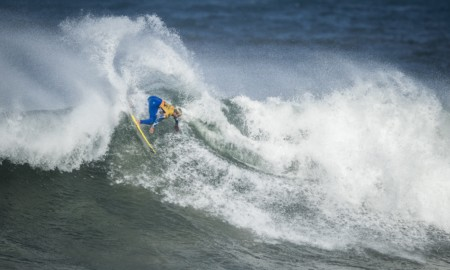 Italo Ferreira avança e garante a Lycra nas grandes ondas de Bells