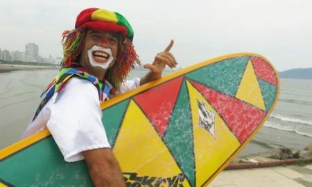 Palhaço surfista mostra talento no mar e encanta crianças de Santos