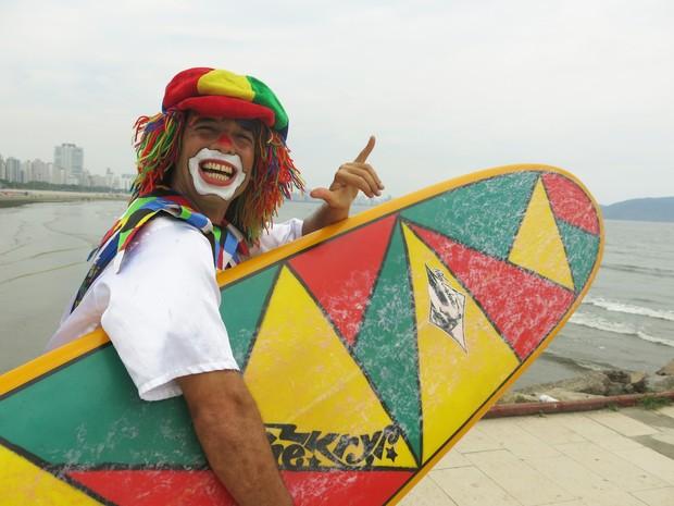 Palhaço Saracura surfando em Santos (Foto: Mariane Rossi/G1)