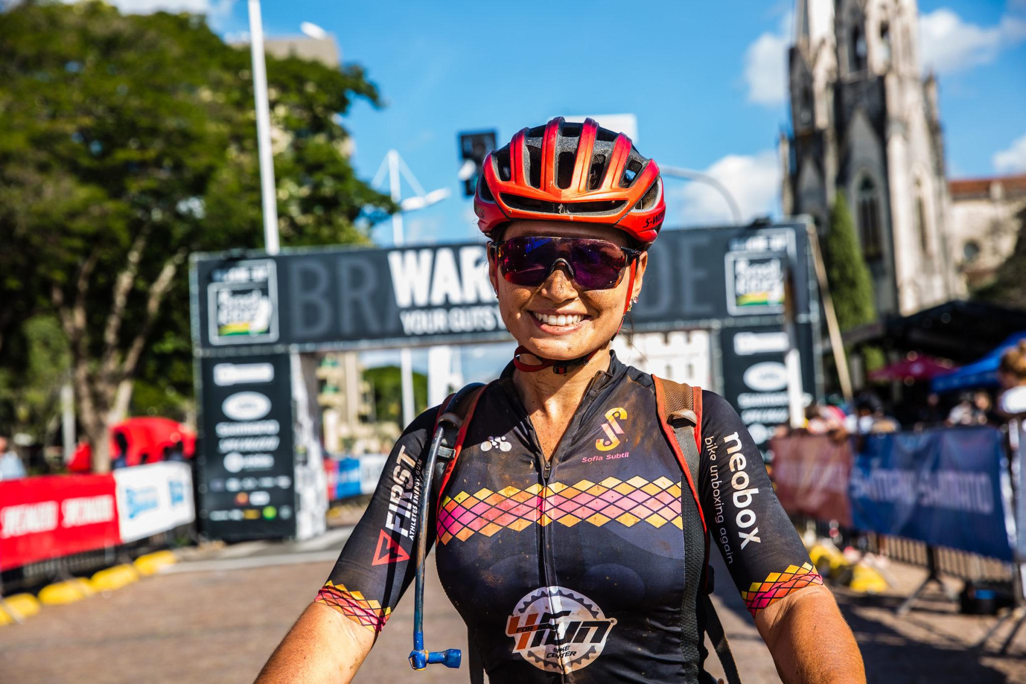 Sofia Subtil, felicidade pelo título na chegada  (Wladimir Togumi / Brasil Ride)