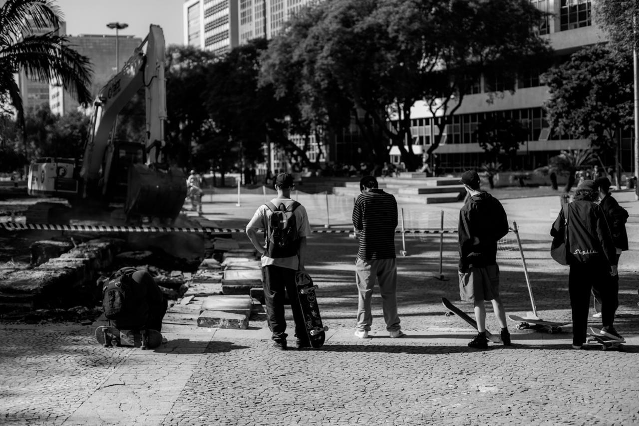 Skatistas olham o que um dia foi um obstáculos para as suas manobras / Foto Moisés Da Silva