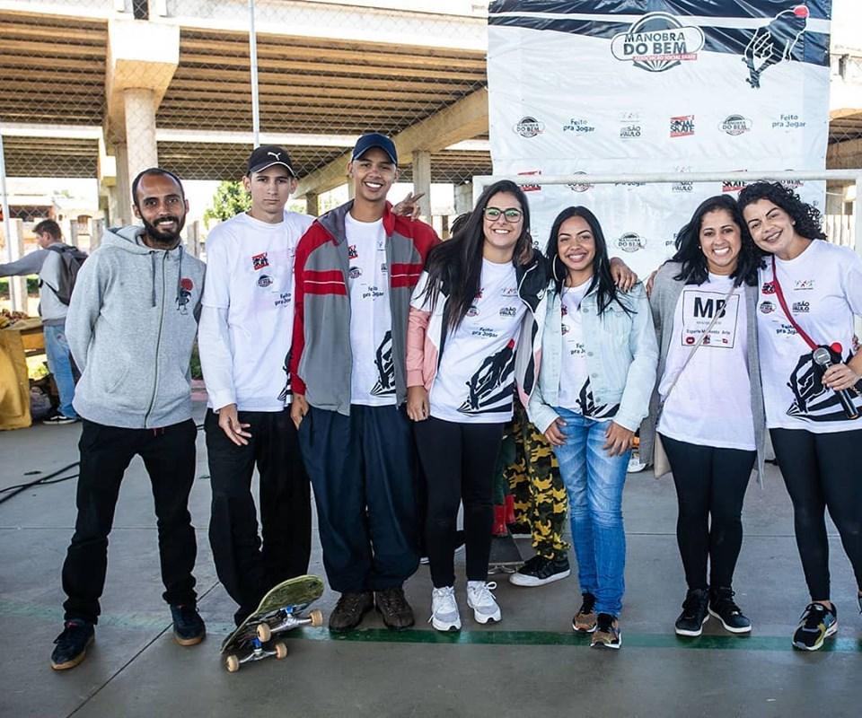Parte da equipe de professores e instrutores da ONG Social Skate em Calmon Viana Poá SP