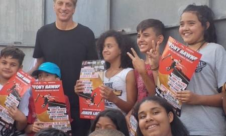 Alunos da ONG Social Skate conhecem Tony Hawk