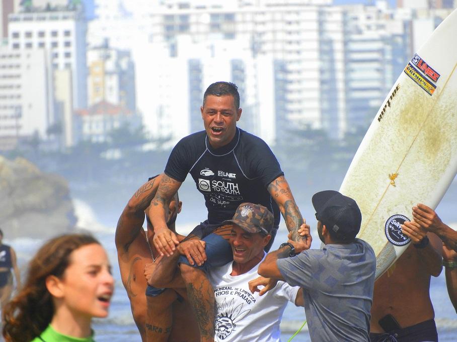 Fábio Porto comemorando a vitória em 2018, ao vencer a última etapa da Máster, no Vicentino de Surf / Foto Dinho Fotos_ASVS