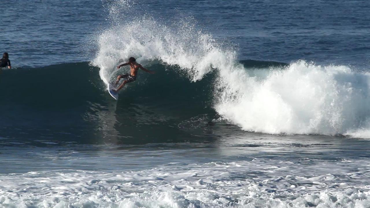 Renan Rodrigues e sua rasgada poderosa em algum pico na Indonésia / Fodo Arquivo pessoal_Divulgação