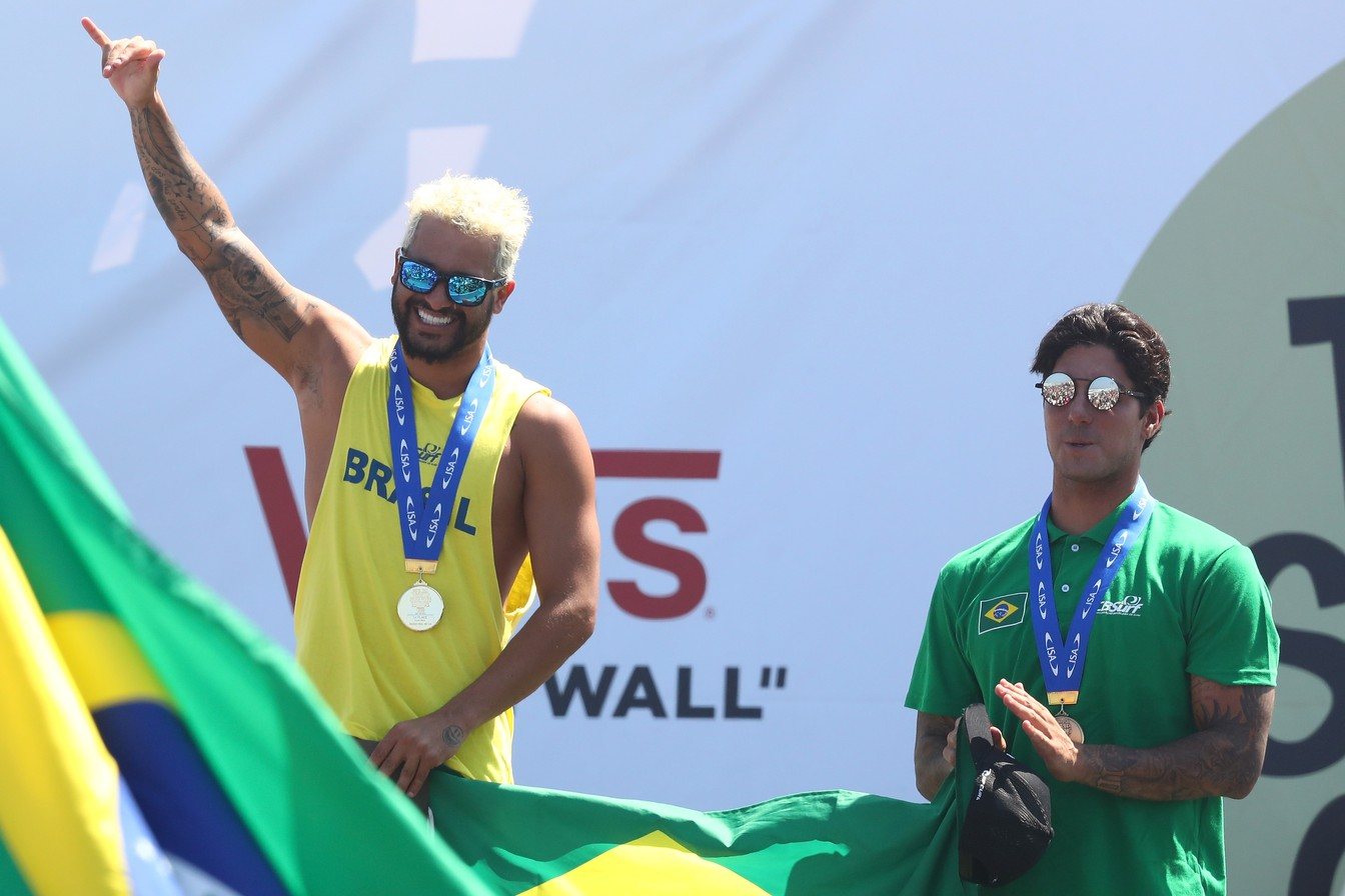 Ítalo Ferreira, medalhista de ouro, e Gabriel Medina, medalhista de bronze / Foto Matt Roberts
