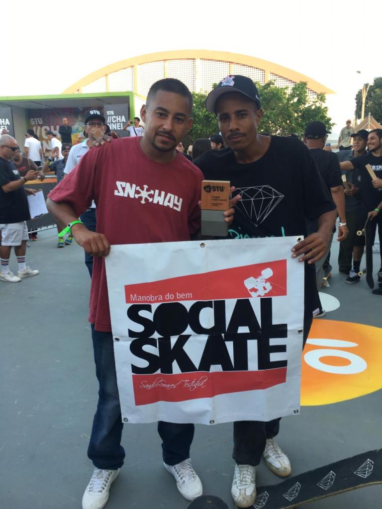 Denis Silva e Elton Melonio participantes da etapa final em SP sempre levam a Bandeira da ONG Social Skate por onde competem / Foto Divulgação