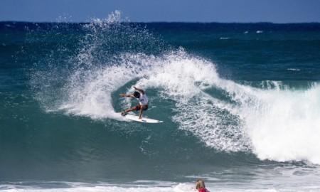 Três brasileiros já estão nas oitavas do 1º evento que abre a Triplice Coroa Havaiana