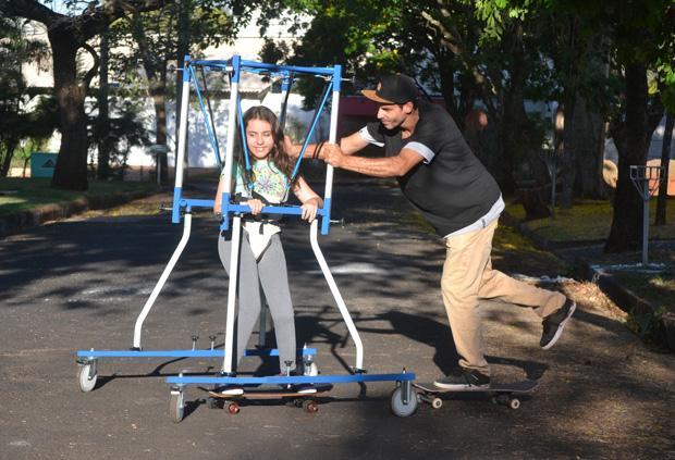 Ricardo Porva, o pai da Iris, com o equipamento em prática / Foto Henrique Castro Folhapress