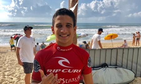 Caio Costa surfa pelo bicampeonato da mirim em Garopaba