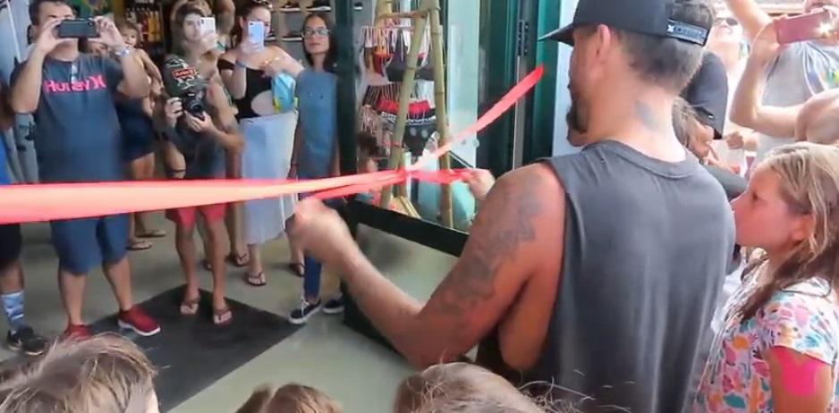 Inauguração da Loja de Filipe Toledo / Imagem extraída do vídeo