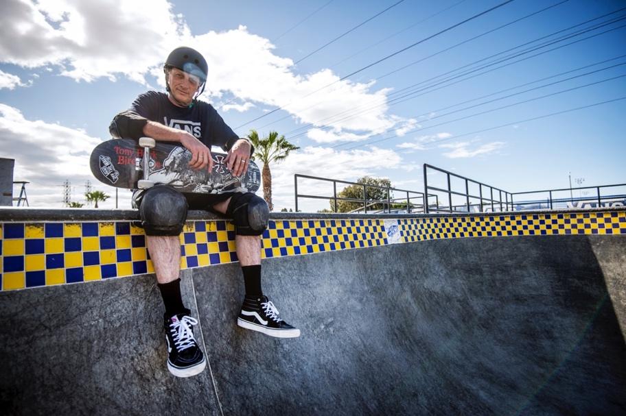 Tony Hawk no Vans Off The Wall Skatepark, Huntington Beach, Califórnia / Foto Michael Burnett