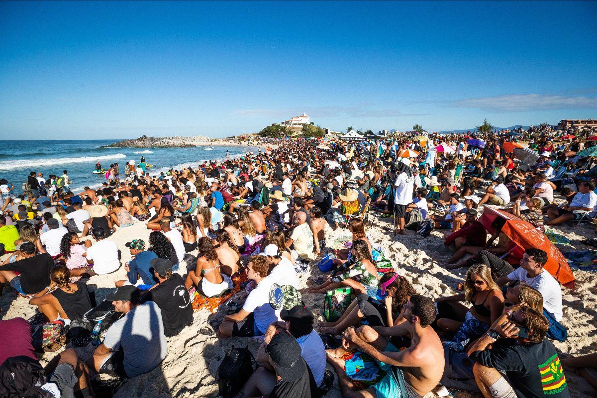 Praia lotada no último dia do Oi Rio Pro 2019 em Saquarema (Foto: Damien Poullenot / WSL via Getty Images)
