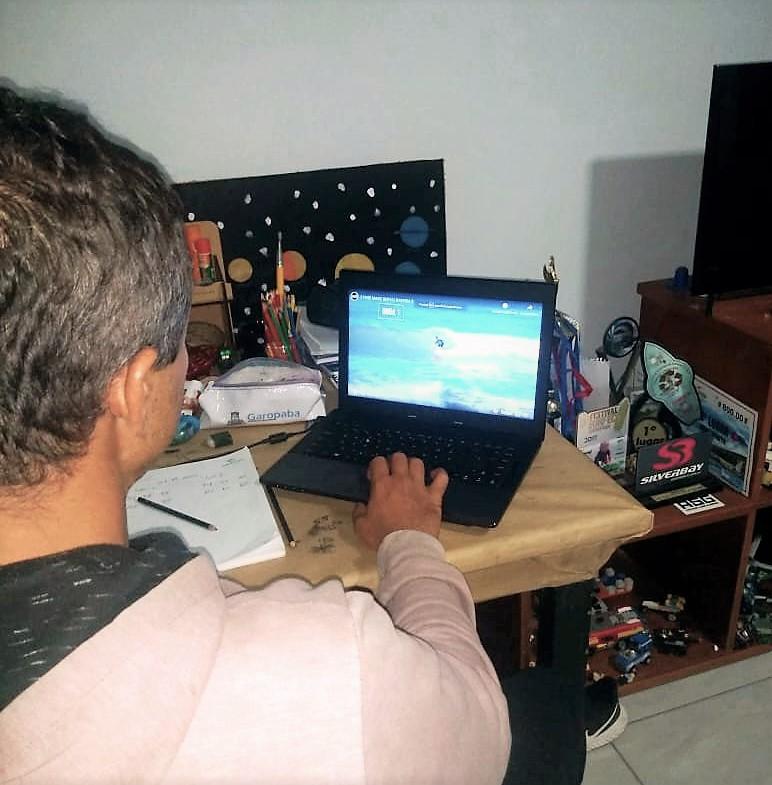O árbitro da Fecasurf Nelson Mitke julgando a etapa virtual de sua residência em Garopaba(SC) / Foto Divulgação