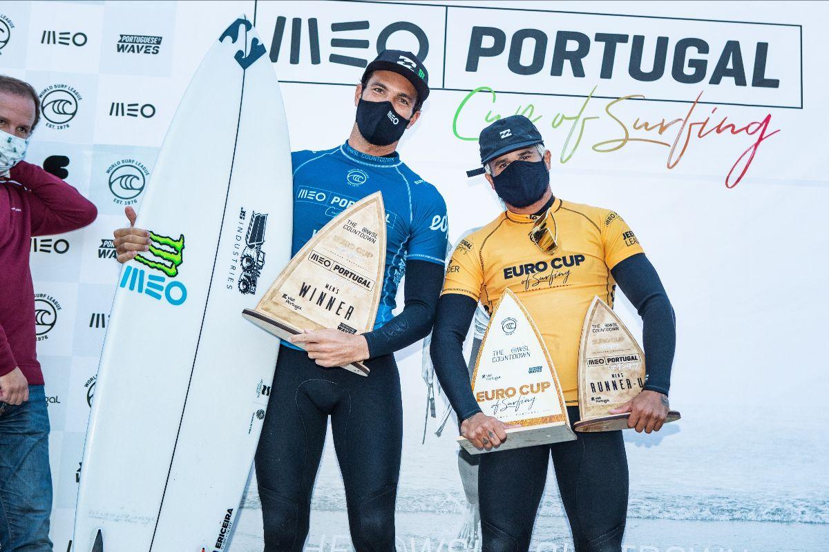 Frederico Morai e Italo Ferreiro com seus dois troféus (Crédito: Damien Poullenot / WSL via Getty Images)