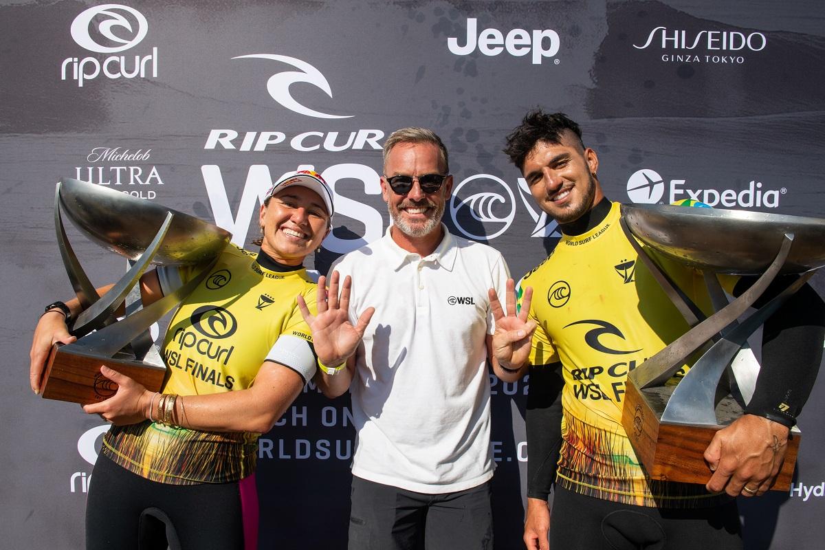 O CEO da World Surf League, Erik Logan, com os campeões mundiais de 2021 (Crédito: @WSL / Pat Nolan)